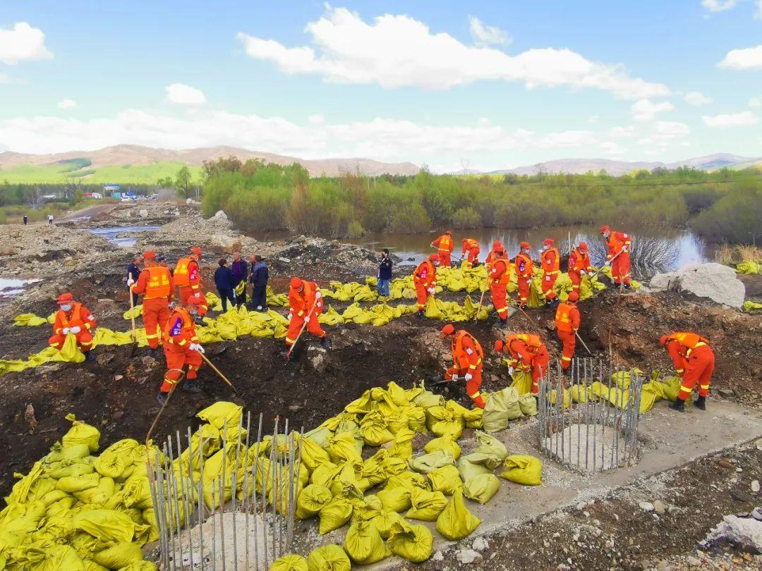 内蒙古兴安盟一堤坝决口,当地森林消防员出动成功抢险图片