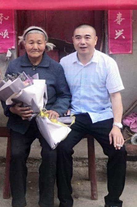 【摩天代理】老人离家二十余摩天代理年后与儿子团聚图片