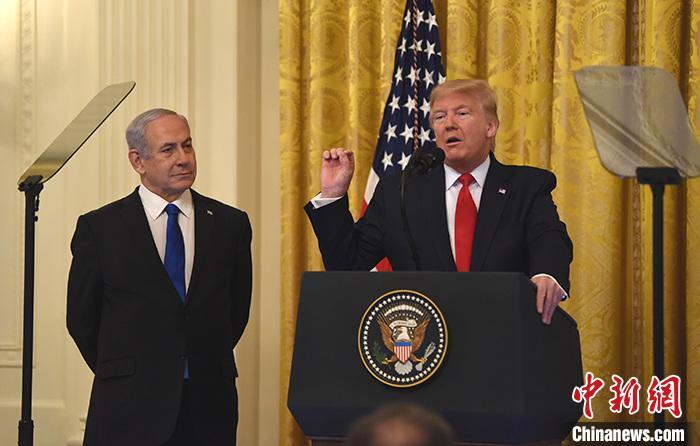 """当地时间2020年1月28日,美国总统特朗普和以色列总理内塔尼亚胡在白宫举行联合发布会,宣布所谓推动解决巴勒斯坦与以色列问题的""""世纪协议""""。中新社记者 陈孟统 摄"""