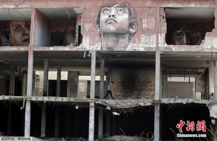 2019年4月25日,巴勒斯坦艺术家Ali Al-Jabali在加沙地带一破损建筑的墙面上,创作多幅壁画。