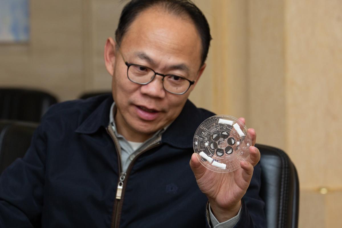 程京向新京报记者展示最新款芯片。拍照/新京报记者 李凯祥