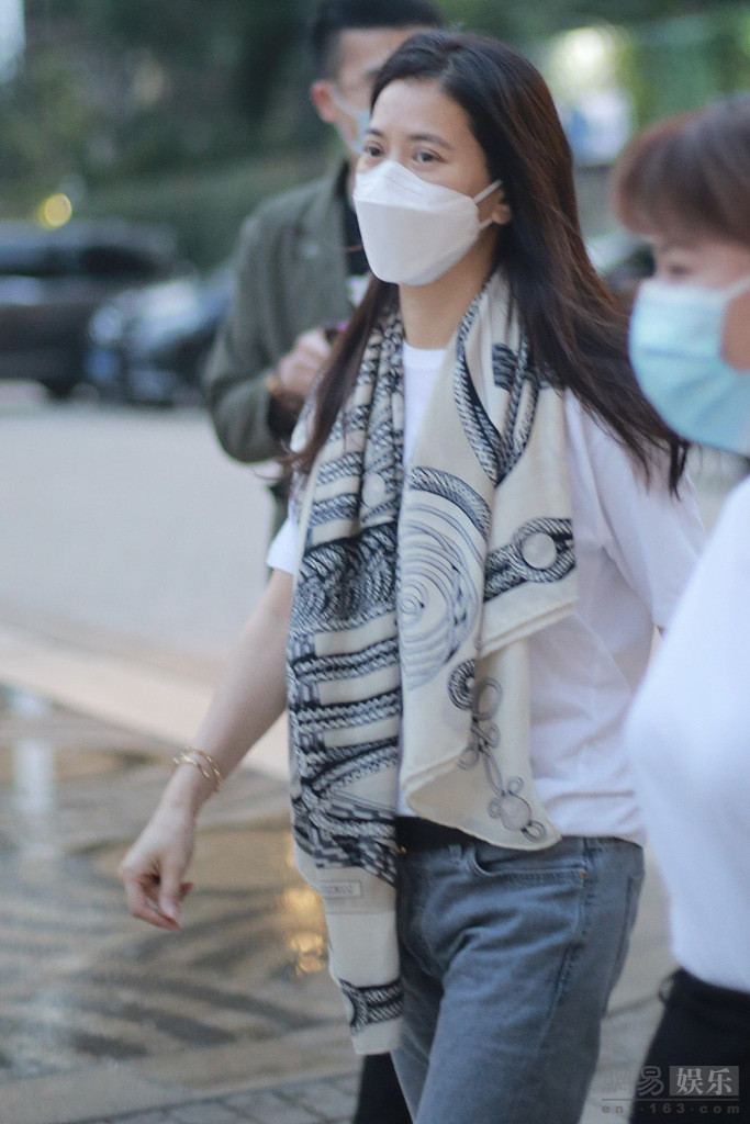 袁咏仪披丝巾戴金手链 打扮低调而不失华丽