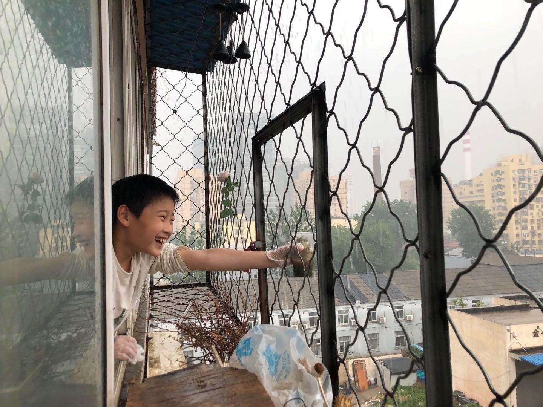 海淀区金谷园小区,小朋友在玩雨。