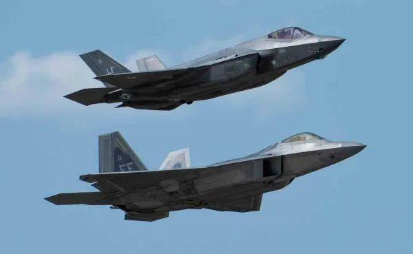 ▲资料图片:美空军F-35A(上)与F-22隐身战机编队飞行。(美空军官网)