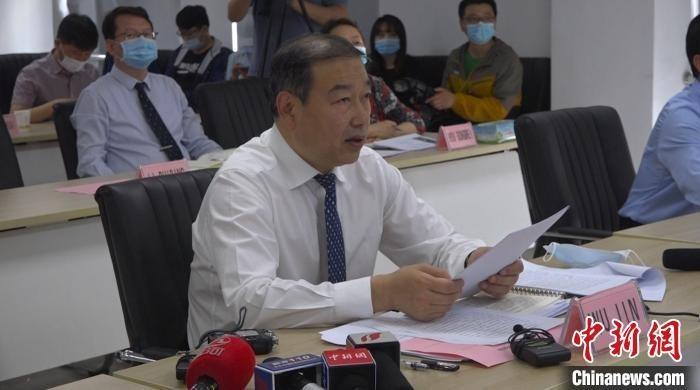 """山西省卫健委主任武晋介绍抗""""疫""""经验。 范丽芳 摄"""