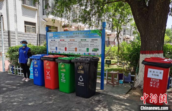 图为山西太原一小区推进城市生活垃圾分类试点工作。 吴琼 摄