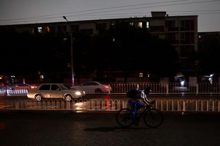 15时40分,海淀区小西天牌坊,市民行色匆匆。