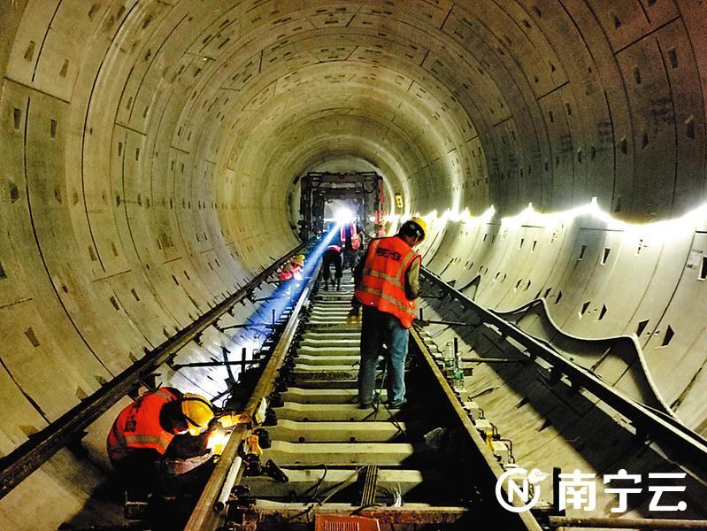 地铁5号线洞内,工人在对铺设的钢轨进行焊接。记者赖有光摄