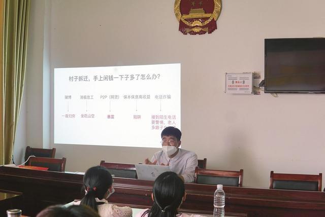 武汉大学生在拆迁村里为村民讲理财课程走红