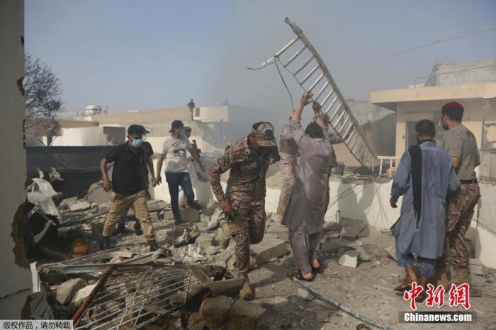 当地时间5月22日,巴基斯坦国际航空公司(PIA)一架拉合尔飞往卡拉奇的PK8303客机在该国南部卡拉奇市郊居民区坠毁。图为救援现场。