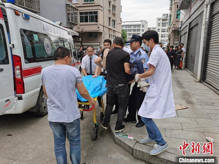 坠落时他用双手接住 浙江青田一辅警为救小女孩受伤