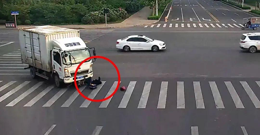 暖心一幕:胶州一男子不幸卷入车底,紧急时刻