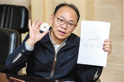 5月15日,天下人大代表、中国工程院院士程京向记者先容生物芯片。新京报记者 李凯祥 摄