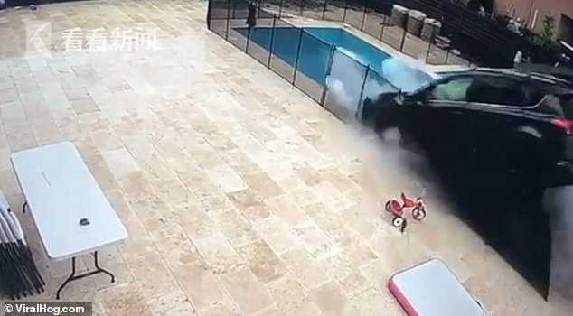 轿车冲进后院落对面街区 下雨家人居家躲过一劫