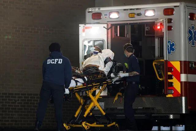 ▲5月13日,在美国华盛顿的乔治·华盛顿大学医院,工作人员运送患者。新华社发(沈霆 摄)