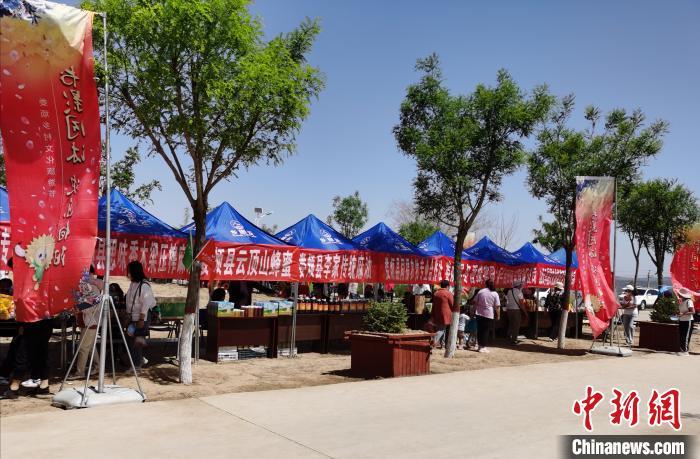 图为向阳村特色农产品展销区。 吴琼 摄