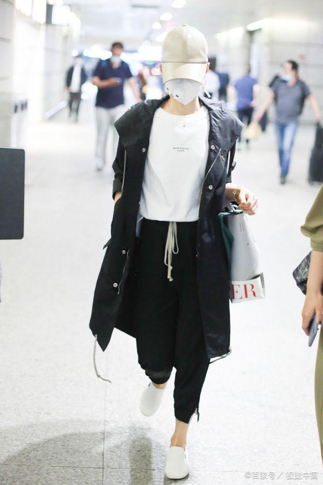 女星马伊琍打扮低调、包裹严实亮相上海机场,金色手链比较抢镜