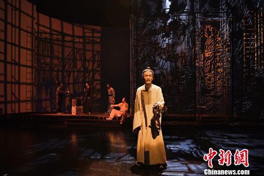 资料图:北京人艺原创大戏《杜甫》登台 李春景 摄