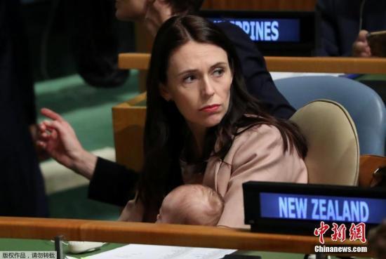 新西兰总理接受直播采访时遇强震 淡定应对走红网络