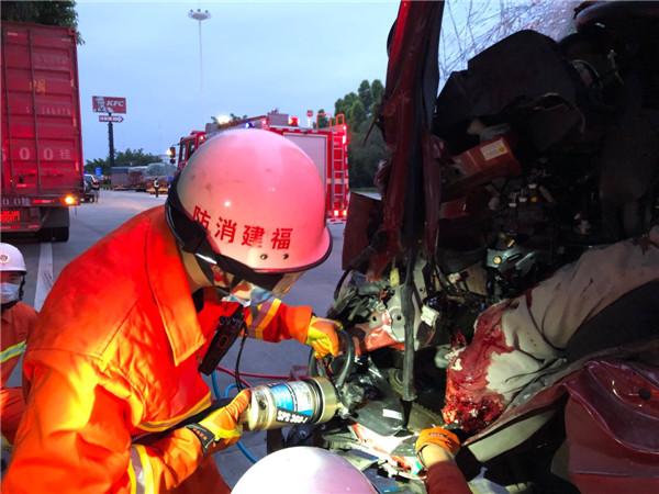 高速路上两车相撞 消防队员紧急救援