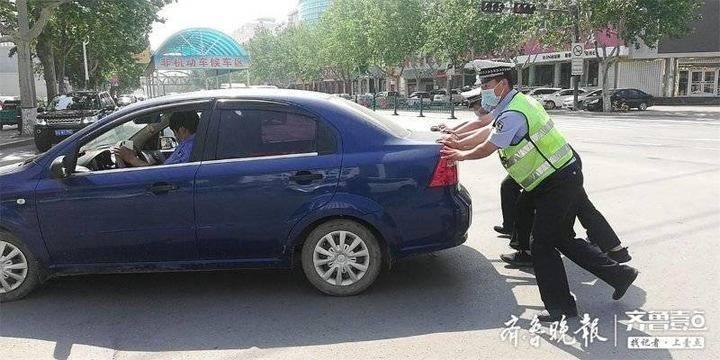 """车辆抛锚""""瘫痪""""路中央,莘县交警暖心帮助化身""""推车工"""""""