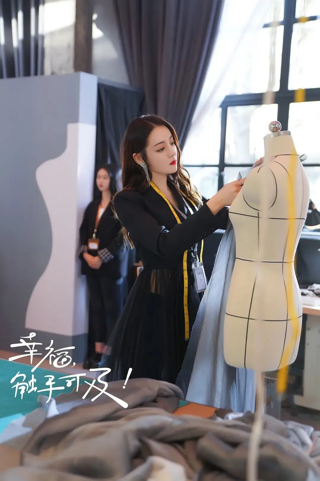 正在热播中,这部颜值在线的电视剧讲述了热巴所饰演的服装设计师周图片