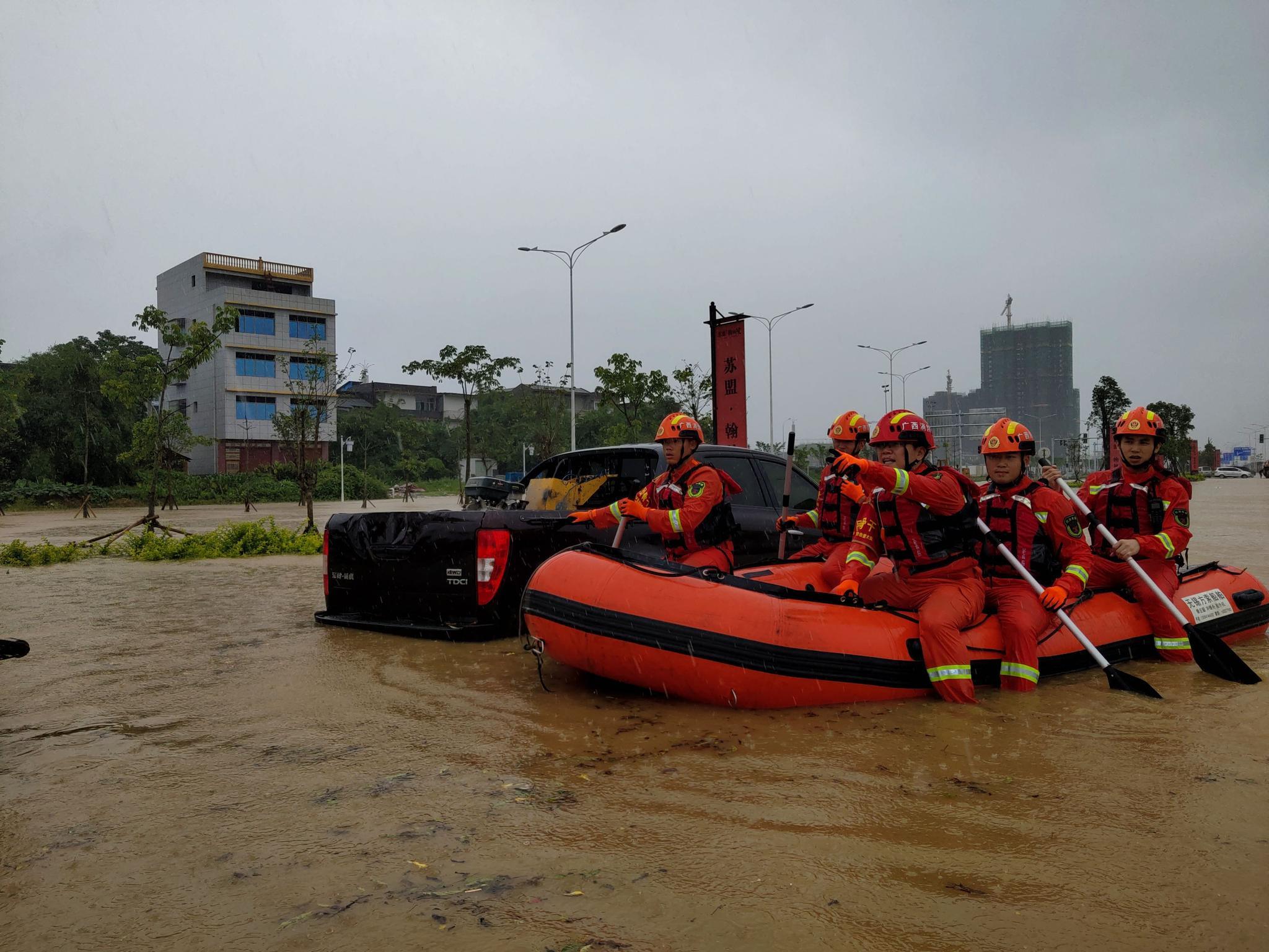 暴雨袭击!广西融安部分地区积水过腰 有车辆人员被困