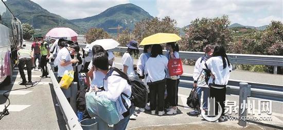 泉州洛江:大客车爆胎抛锚 29名学生被困高速路