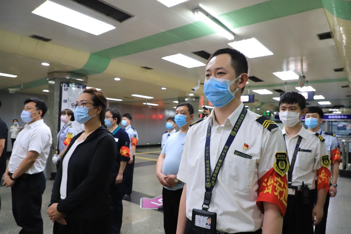 北京地铁内男子被一大汉强行按倒!真相原来是...