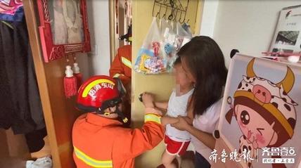 3岁男童手卡球形门锁,聊城消防员破锁救援