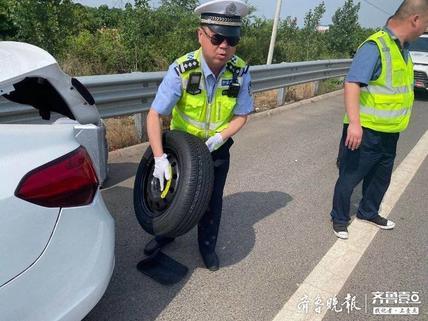 轿车轮胎被扎抛锚高速公路,交警伸援手帮忙脱困境