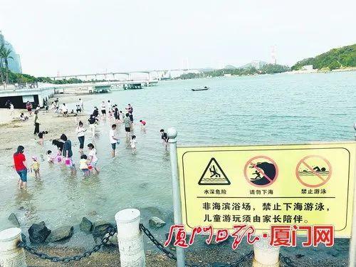 ▲海沧大道海角9号一带海域虽然立着警示牌,仍有不少人下水玩耍。