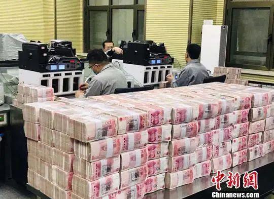 资料图:银行点钞员在事情。艾庆龙 摄