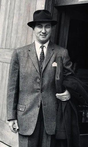 1962年1月,澳门赌王何鸿燊前去葡萄牙试图签署博彩条约。