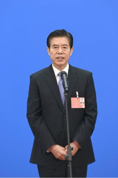 商务部部长钟山通过网络视频方式经受采访