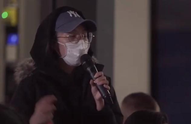 (图为支撑乱港坏人的学生用口罩遮挡自己的面貌,图片来自华威大学公布的争执会上的视频)