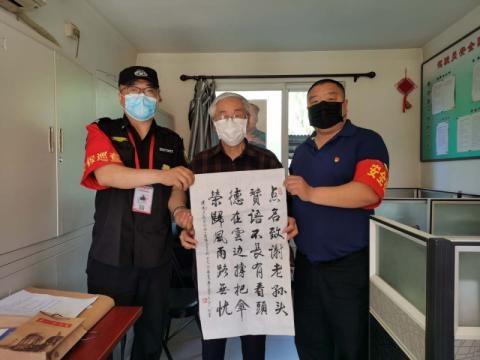 壹现场|乘客撰写打油诗 感谢公交师傅雨中送伞