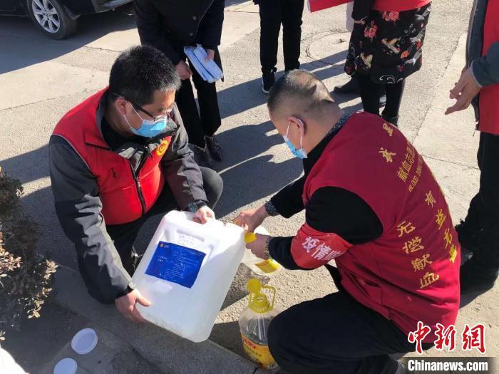 武显明及队友为民众发放消毒物品。 武显明供图