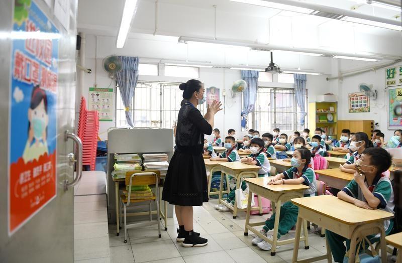 """深圳民办中小学校名含""""外国语""""的,应设不少于3个外语语种课程"""
