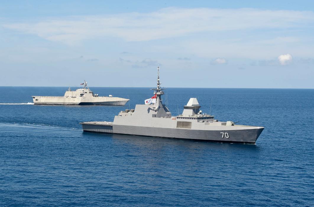 """美国""""吉福兹""""号濒海战斗舰于5月25日与新加坡""""坚信""""号隐形保护舰在南海海疆开展团结练习"""