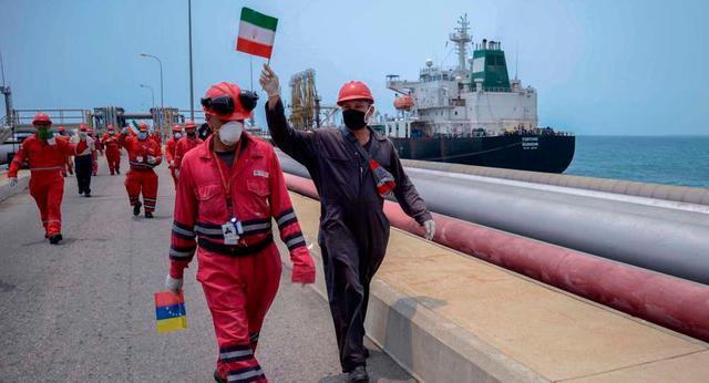 委内瑞拉工人挥舞伊朗国旗欢迎油轮进港停泊