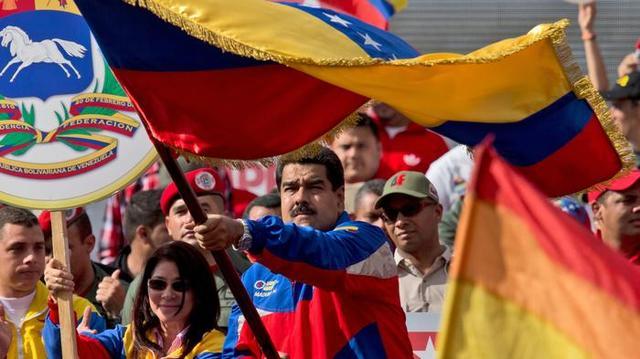 马杜罗挥舞委内瑞拉国旗