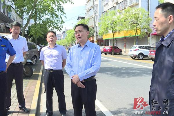 安乡县:张阳现场调度城市管理工作