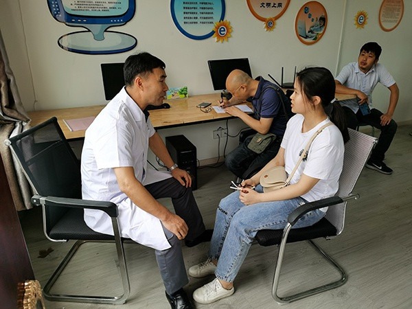萍乡市残联康复中心主任阳晶一行督导后埠街残疾人康复辅助器具需求评估适配工作