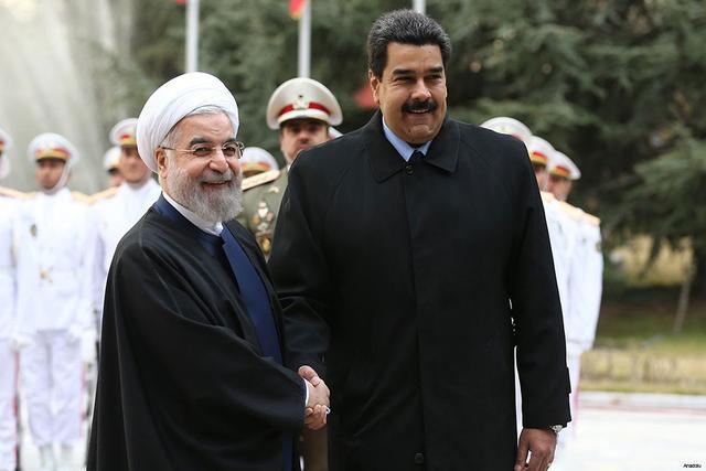 2015年1月,马杜罗访问伊朗,与鲁哈尼握手