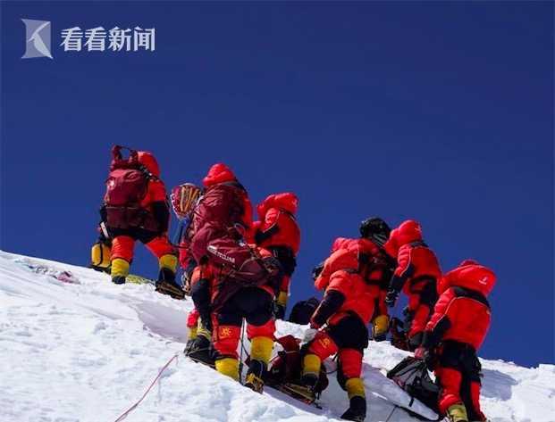 视频|中国8大勇士登顶珠峰 大本营直播开香槟图片