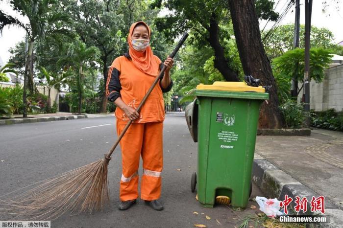 防民众忽视抗疫措施 印尼派34万军警到四大省执勤