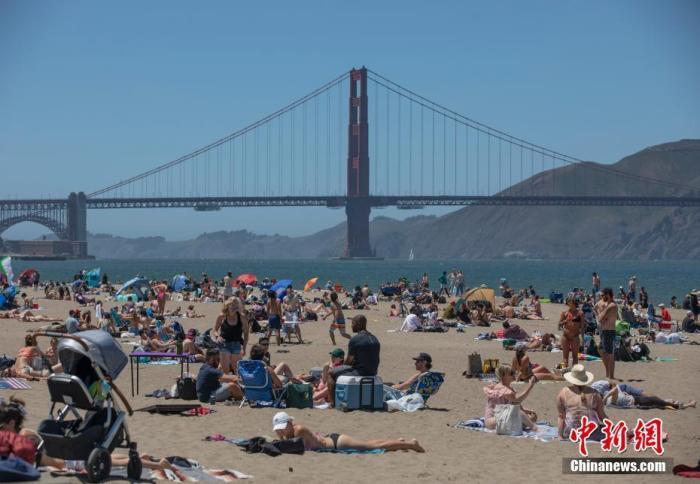 当地时间5月25日,虽然疫情仍在持续,但美国旧金山市民在纷纷外出到金门大桥附近的海滩纳凉。 中新社记者 刘关关 摄
