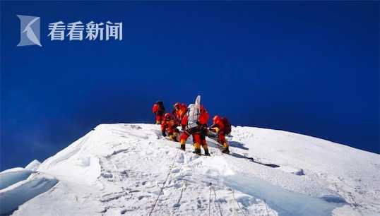【天富】视频|天富他们在峰顶竖立觇标测量登山队成功图片