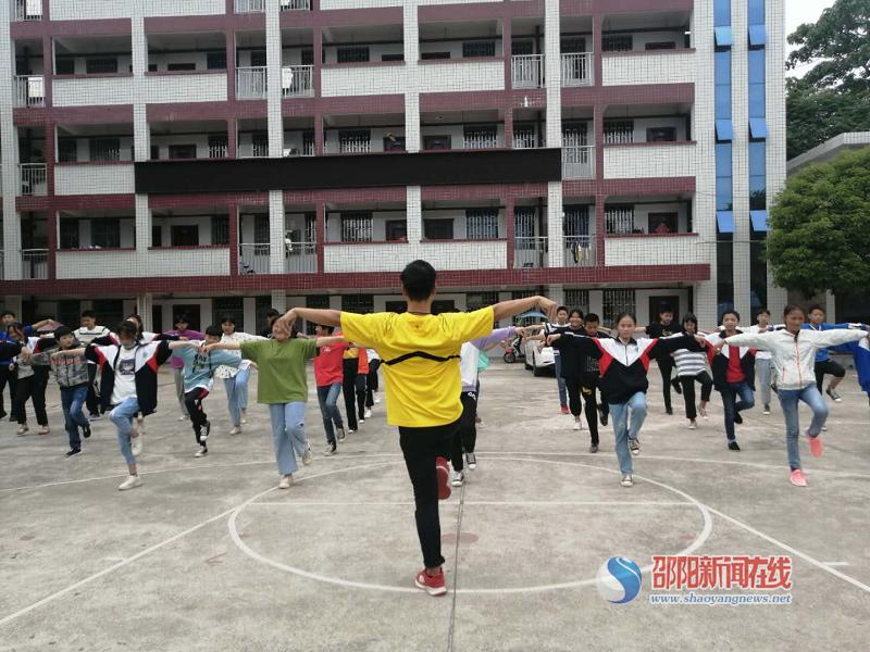 北塔区茶元头中学体育课上的武术操学习
